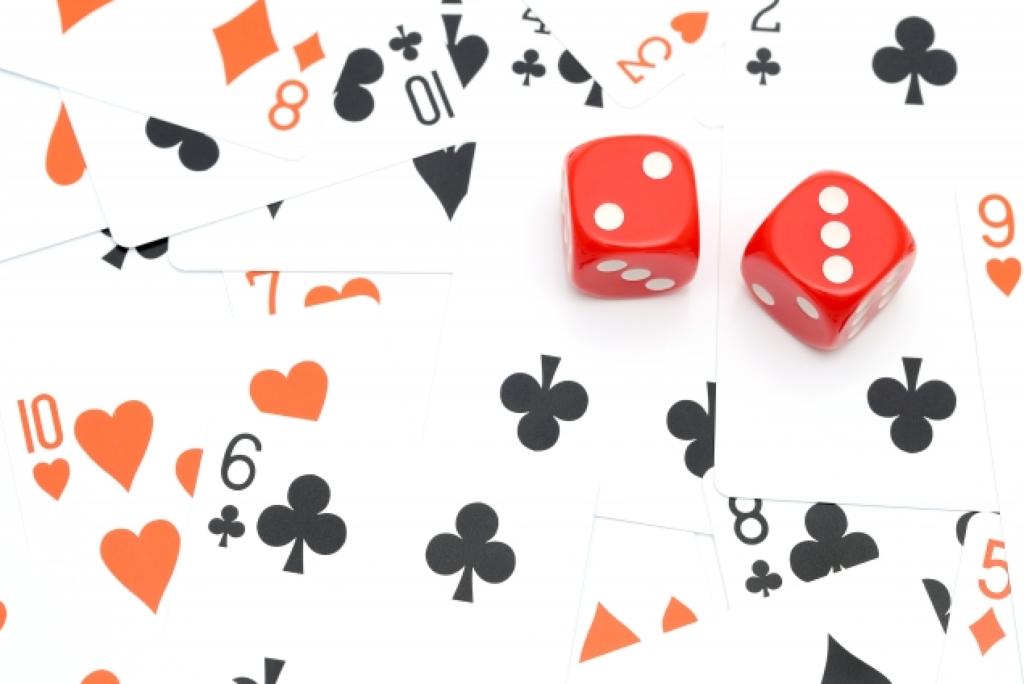 カジノのトランプとサイコロゲーム